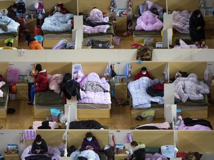Wuhan Sport Center di Hubei, China, menjadi salah satu tempat sementara untuk menampung pasien virus corona. Seperti apa penampakan interiornya? Yuk, intip!