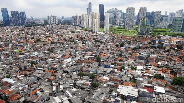 Deretan pemukiman dengan latar belakang gedung-gedung bertingkat tampat di kawasan Jakarta Selatan, Selasa (18/2/2020). Berdasarkan data Badan Pusat Statistik (BPS) pada 2019, kepadatan penduduk di DKI Jakarta secara umum mencapai 15.938 jiwa perkilometer persegi.