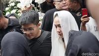 Berkerudung Putih, BCL Antar Jenazah Ashraf Sinclair ke Pemakaman