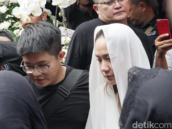 BCL dan Keluarga Ashraf Sinclair saat hendak ke pemakaman.