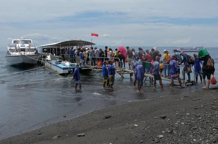 Warga dan wisatawan mengantre untuk menaiki kapal cepat yang akan menuju Nusa Penida. Beberapa warga ramai-ramai mudik untuk merayakan Hari Raya Galungan.