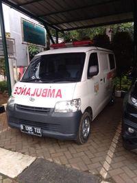 Ambulans gratis berpelat hitam milik warga