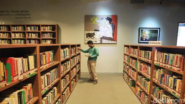 Konsep ruangannya unik, buku-buku tersusun rapi. Beberapa lukisan juga terpajang. (Ari Saputra/detikcom)