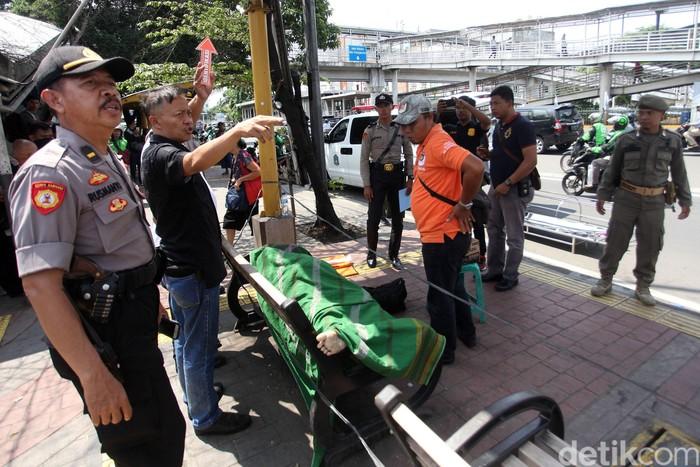Seorang warga ditemukan meninggal dunia di Halte Jelambar 2, Jakarta Barat, Selasa (18/2). Belum diketahui penyebab kematiannya.