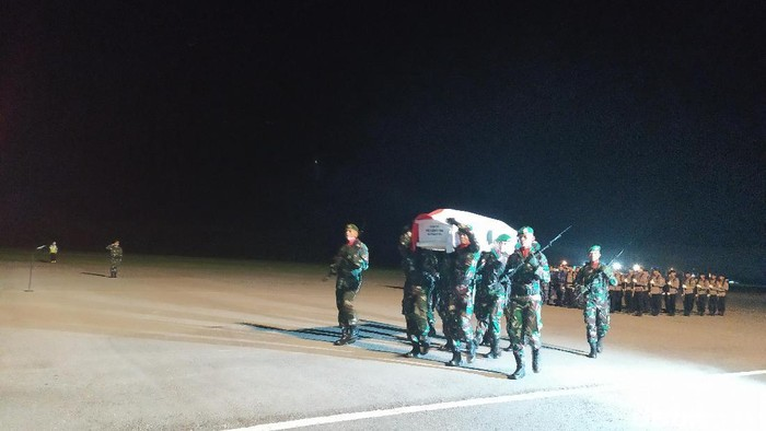 Upacara penjemputan korban jatuh heli MI-17 di Kendari (Sitti Harlina/detikcom)