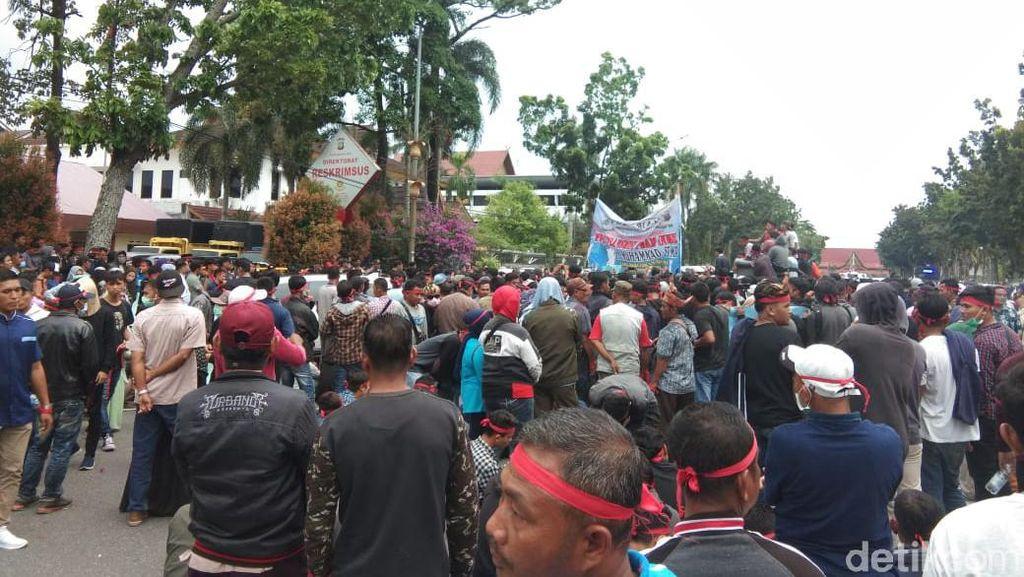 Warga Demo Protes Tersangka Korupsi Diangkat Jadi Plt Bupati Bengkalis