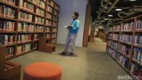 Berlokasi di Wisma Bakrie, Freedom Institute punya koleksi buku yang terdiri dari buku sejarah, sains, politik, agama dan lain sebagainya. (Ari Saputra/detikcom)