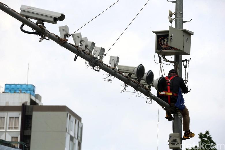 Dampak terkena air hujan, kabel CCTV lalu lintas di beberapa titik di Jakarta mengalami kerusakan. Salah satunya di kawasan Thamrin.