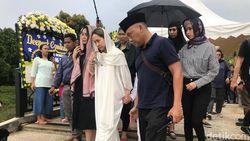 BCL Selalu Pegang Tasbih Hitam Saat Dampingi Jenazah Ashraf Sinclair