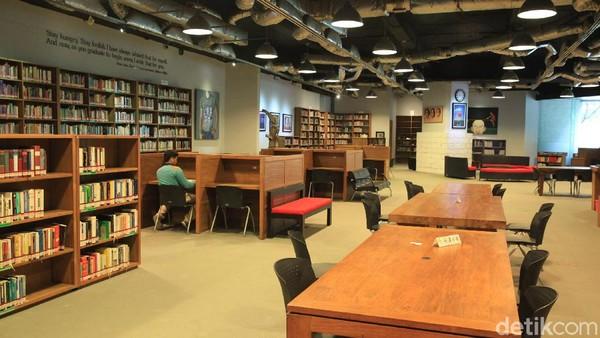 Freedom Institute menawarkan suasana membaca yang berbeda. Tak jarang mahasiswa datang ke sini untuk mengerjakan skripsi (Ari Saputra/detikcom)