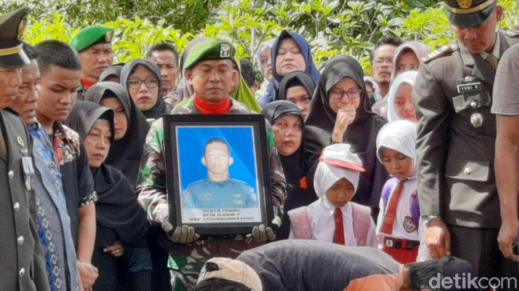 Isak Tangis Iringi Pemakaman Sertu Dita Korban Heli MI-17 di Banyumas