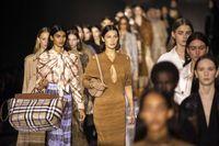 Bella Hadid di fashion show Burberry yang digelar saat London Fashion Week Fall 2020.