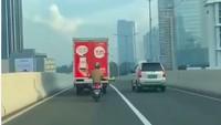 Santuy Banget, Pemotor Ini Ngumpet di Balik Truk Supaya Lolos dari Polisi
