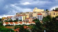 Tapi Kota Teora, sebuah kota di Campania, Italia, mengambil strategi lain agar orang mau tinggal di kota itu. Mereka menawarkan sewa rumah kosong secara gratis atau dibeli seharga 5.000 euro atau Rp 74 juta saja. Istimewa/CNN.