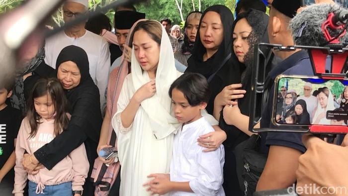 Bunga Citra Lestari di pemakaman Ashraf Sinclair.