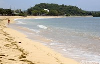 Seorang wisatawan tengah bermain air di Pantai Kuta Lombok yang berada di kawasan Mandalika, Nusa Tenggara Barat. Kawasan Lombok Tengah, Nusa Tenggara Barat, dipilih menjadi lokasi dibangunnya Sirkuit Mandalika yang akan menjadi venue penyelenggaraan MotoGP Indonesia 2021 mendatang.