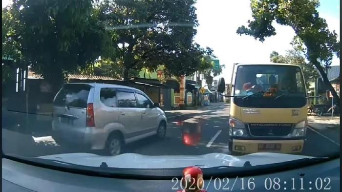 Tangkapan layar video viral Mobil Santuy Hadang Truk di Klaten, Selasa (18/2/2020).