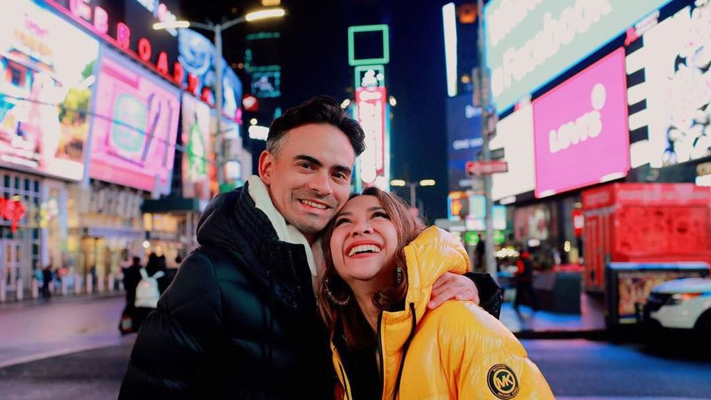 Ashraf Sinclair Selalu Happy Saat Temani BCL ke NY untuk Fashion Week