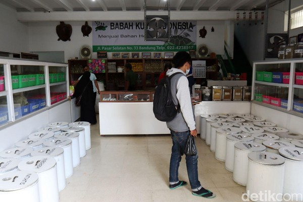 Didirikan Tan Soe How, toko herbal ini diteruskan generasi kedua Tan Seng Gap. Lalu diteruskan oleh generasi ketiga yang merupakan anak Tan Seng Gap, Tan Soen Ek dan Tan Koen Nio. Saat ini toko herbal itu diteruskan oleh Iwan Setiadi yang merupakan generasi keempat.