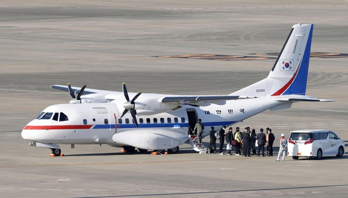 Korsel turut evakuasi warganya yang berada di kapal pesiar yang dikarantina di Jepang. Pesawat untuk evakuasi itu pun telah tiba di Bandara Haneda, Tokyo.