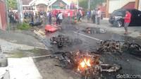 Video Rusuh Bonek Vs Aremania di Blitar, Motor dan Mobil Dibakar