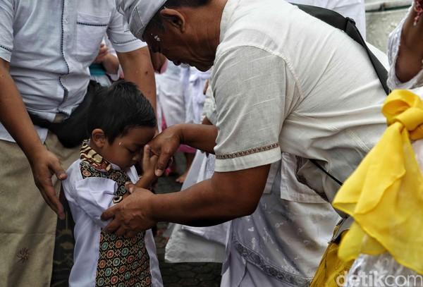 Hari Raya Galungan memang tak hanya dirayakan untuk memperingati kemenangan kebaikan atas kejahatan. Hari besar umat Hindu ini juga kerap dimanfaatkan sebagai ajang untuk mepererat tali silaturahmi.