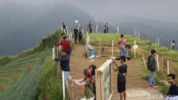 Traveler bisa berfoto asyik di puncak Lembah Panyaweuyan