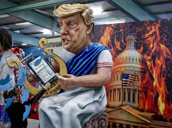 Parade karnaval di Jerman terkenal sebagai salah satu karnaval yang gencar menyuarakan kritik-kritik sosial dan politik. Tak heran, patung maupun atraksi yang ditampilkan dalam karnaval tersebut kerap menonjolkan kesan satir dan sindiran atas kebijakan maupun isu-isu global yang kontroversial. AP Photo/Michael Probst.