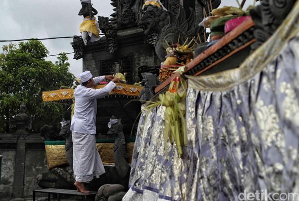 Dalam momen perayaan Hari Raya Galungan tersebut umat Hindu yang hadir di Pura Segara Cilincing kebanyakan mengenakan pakaian adat yang didominasi warna putih.
