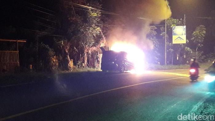 mobil terbakar