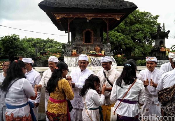 Satu per satu warga bersalaman saat merayakan Hari Raya Galungan di Pura Segara Cilincing, Jakarta.