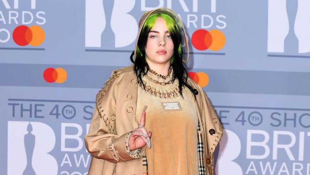 Foto: Pakai Burberry, Billie Eilish Nyentrik di Brit Awards 2020