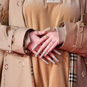 Krisis Corona, Pabrik Trench Coat Burberry Kini Produksi Baju Medis