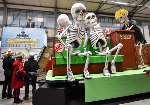 Selain akan menampilkan sejumlah patung raksasa para tokoh dunia, parade karnaval Jerman itu nantinya juga akan mengarak sebuah kendaraan karnaval yang menyoroti peristiwa Britain Exit (Brexit). AP Photo/Martin Meissner.