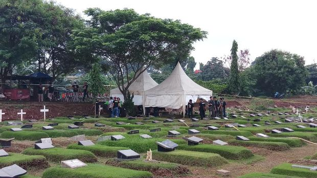 Pembongkaran makam anak Karen Pooroe berlangsung tertutup.