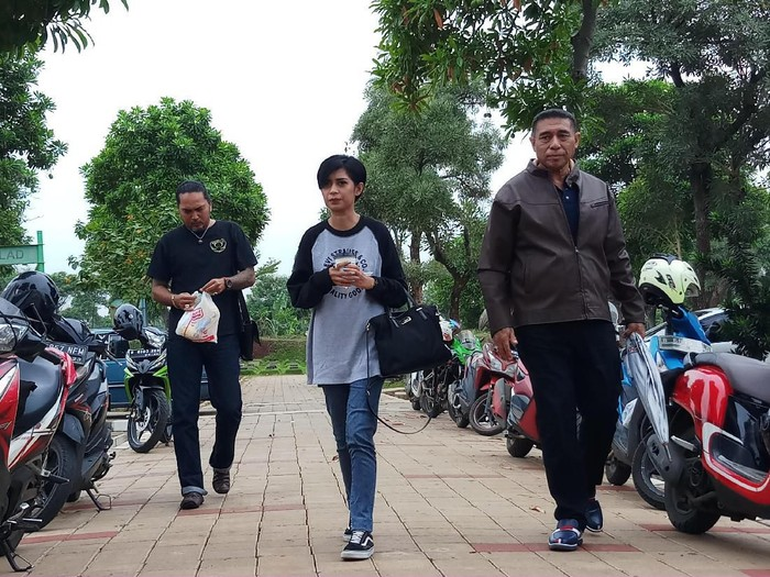 Karen Pooroe datang ke TPU Tanah Kusir (Farih Maulana Sidik/detikcom)