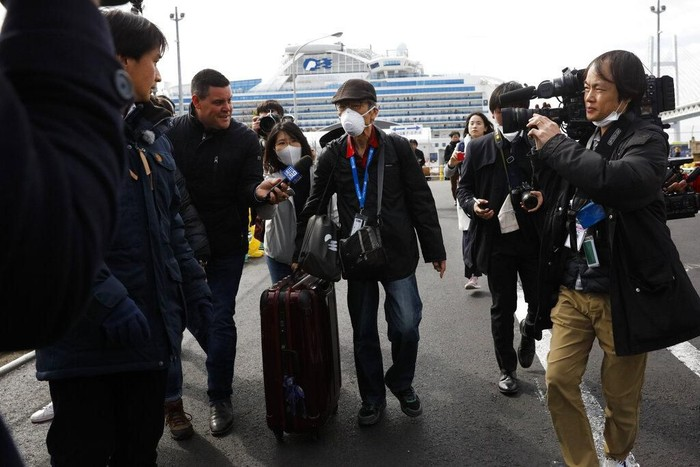 Sejumlah orang yang dinyatakan negatif virus corona mulai turun dari kapal pesiar yang dikarantina di Jepang. Proses karantina itu diketahui berakhir hari ini.