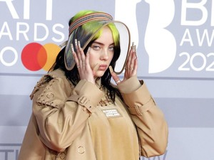 Lawan Body Shaming, Billie Eilish Buka Baju di Video Konser