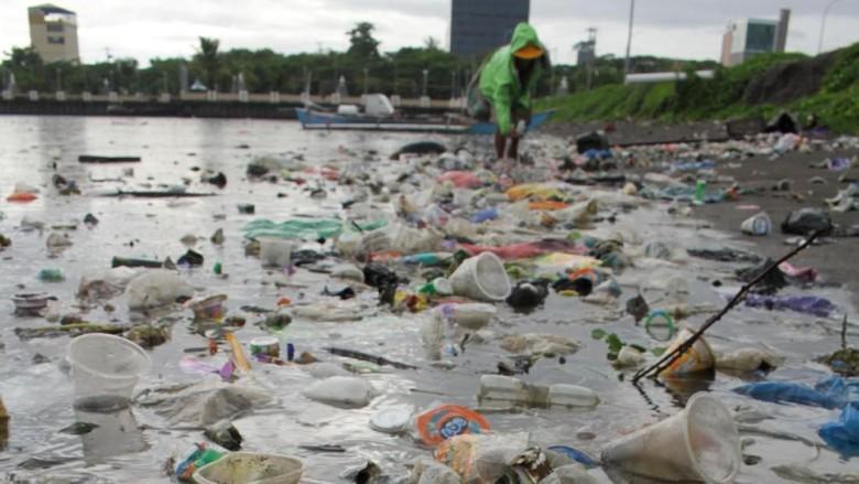 Sampah plastik tampak menumpuk di kawasan pantai CPI Makassar. Keberadaan sampah-sampah plastik itu berbahaya karena dapat cemari ekosistem laut di pantai itu.