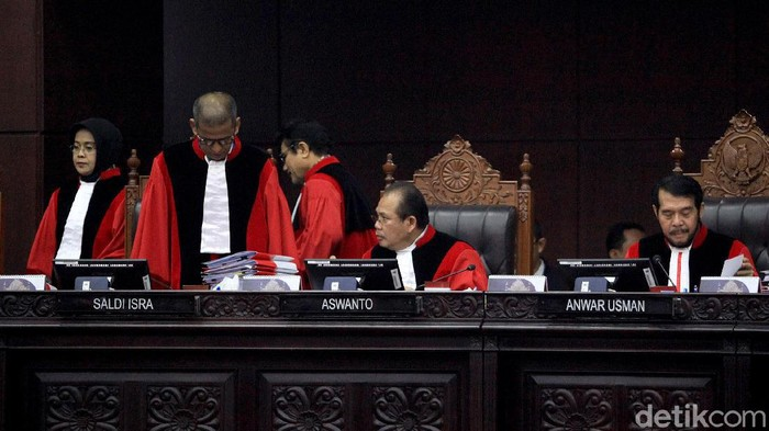 Dua orang ahli dihadirkan untuk menjadi saksi dalam sidang lanjutan Uji Formil UU KPK. Dua orang ahli itu yakni Zainal Arifin Mochtar dan Bivitri Susanti.