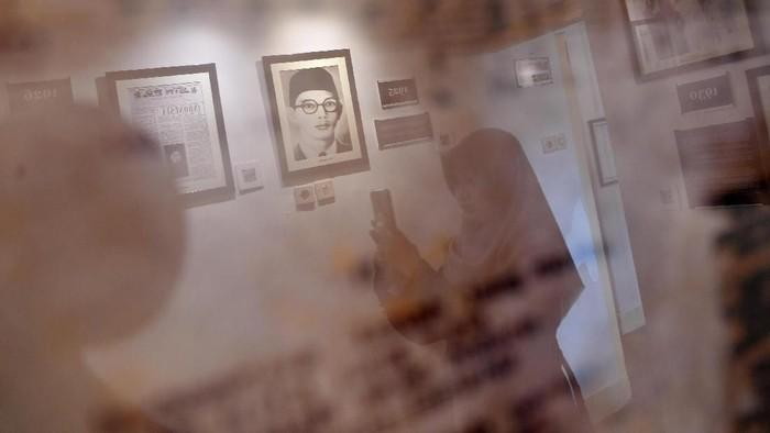 Pengunjung mengambil gambar pakaian milik WR Supratman yang dipajang di Museum WR Supratman di Surabaya, Jawa Timur, Rabu (19/2/2020). Bekas rumah tinggal WR Supratman selama di Surabaya yang dijadikan museum tersebut diharapkan dapat menjadi salah satu tempat rujukan untuk mengenal sosok pencipta lagu Indonesia Raya. ANTARA FOTO/Zabur Karuru/wsj.