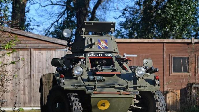 Seorang pria menjual sebuah tank yang pernah digunakan tentara Inggris.