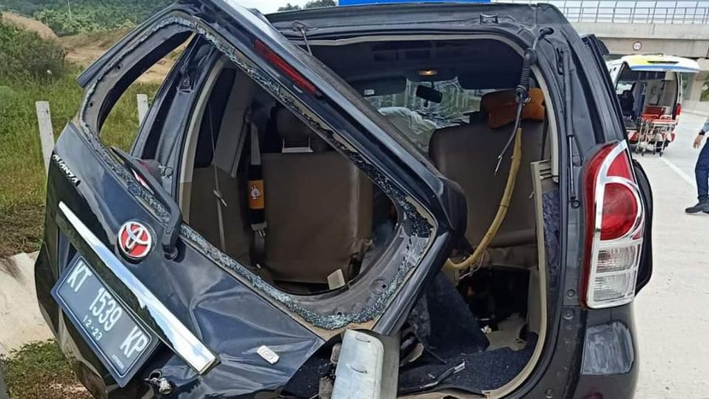 Kecelakaan di Tol Balsam Kaltim, Mobil Tembus Pagar Pembatas