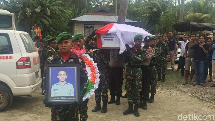 Kedatangan jenazah Praka Anumerta Risno disambut tangis keluarga (Sitti Harlina/detikcom)