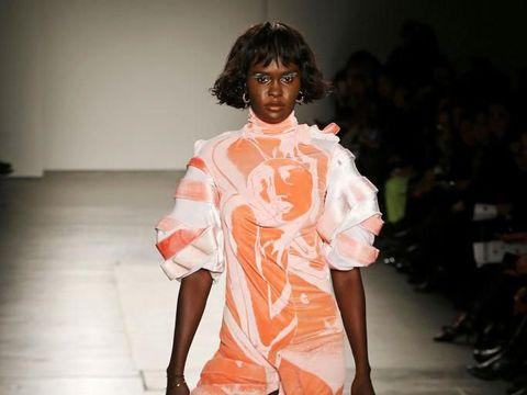 Model Afrika Menolak Pakai Aksesori Mirip Monyet Saat Fashion Show