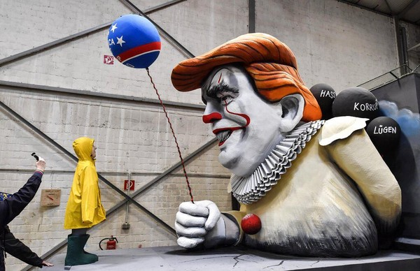 Selain menampilkan patung raksasa Trump yang tengah memainkan alat musik lira, ada pula kendaraan karnaval yang menampilkan sosok Trump menyerupai karakter badut Pennywise yang menyeramkan. AP Photo/Martin Meissner.