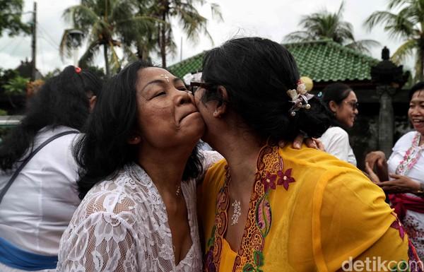 Selain merayakan Hari Raya Galungan di pura, umat Hindu juga kerap bersilaturahmi mengunjungi sanak saudara. Kegiatan itu dikenal pula dengan nama manis Galungan.
