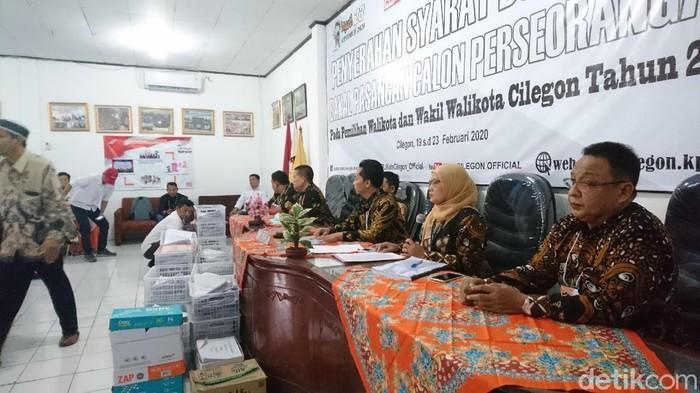 KPU Cilegon menerima penyerahan berkas dukungan bakal calon wali kota dan wakil wali kota lewat jalur perseorangan (M Iqbal/detikcom)