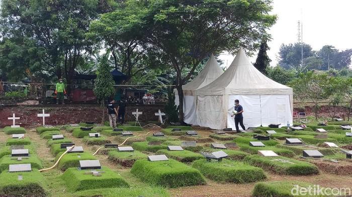 Autopsi anak Karen Pooroe di TPU Tanah Kusir (Foto: Farih Maulana Sidik/detikcom)