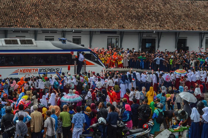 Warga ramai-ramai datangi Stasiun Garut. Mereka antusias menyaksikan uji coba reaktivasi kereta api jalur Cibatu-Garut.